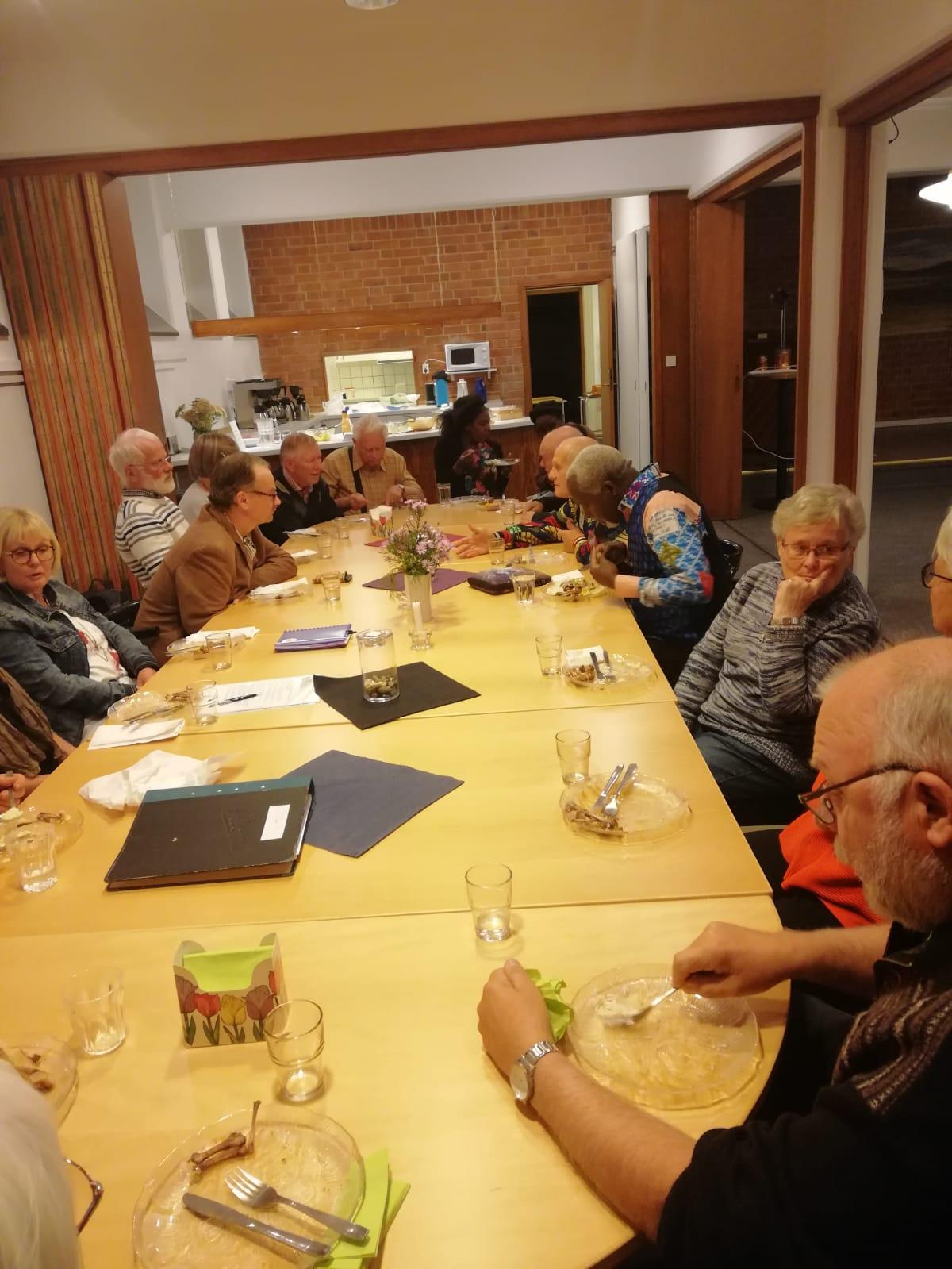 Hela Boråsgruppen som besökte S:t Eskilskyrkan är samlad