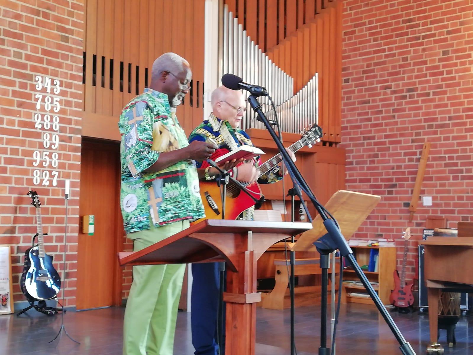 Bernt Sköld och Jean-Claude Loubelo bjöd på fina sånger under söndagens gudstjänst.
